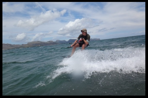 Magnus pasa frente a la camara kitesurfing Mallorca com