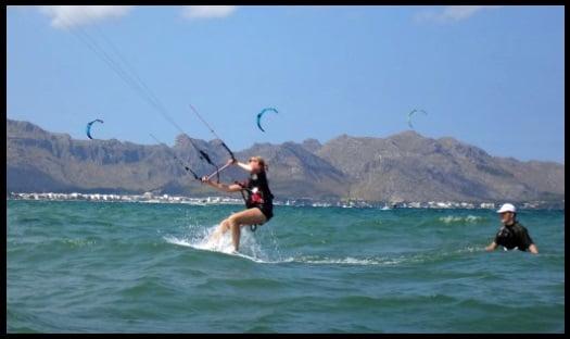 Wasserstart mit Alena kitekurs anfänger Mallorca kiten lernen in April