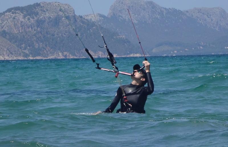 1kitesurfing-lessons for girls in Mallorca-walking-backwards-keeping-kite-control