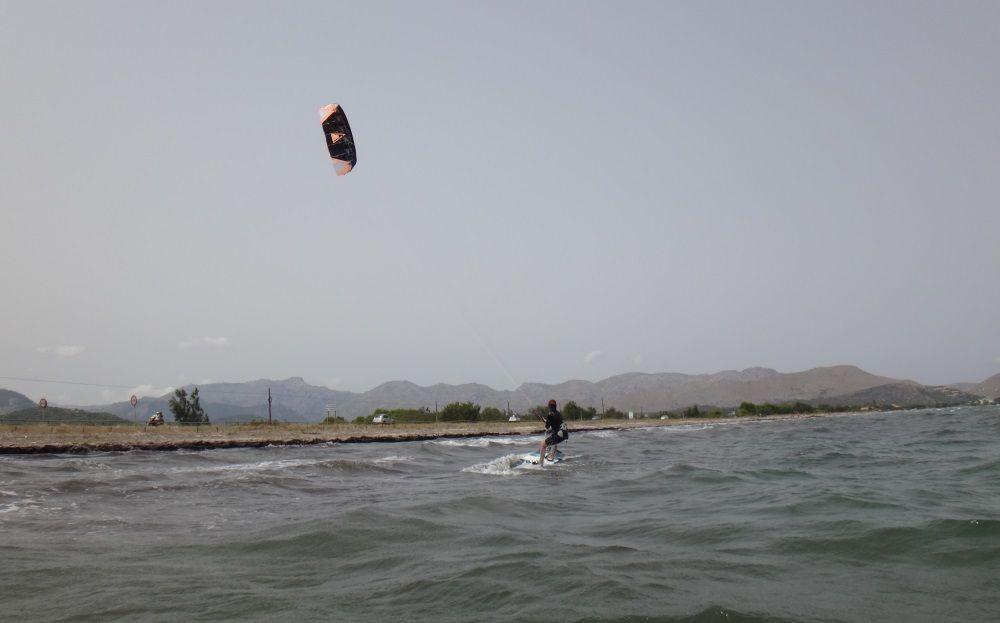 2 anfänger kitekurs auf dem kiteboard steht und reiten mallorca kitekurse Mai