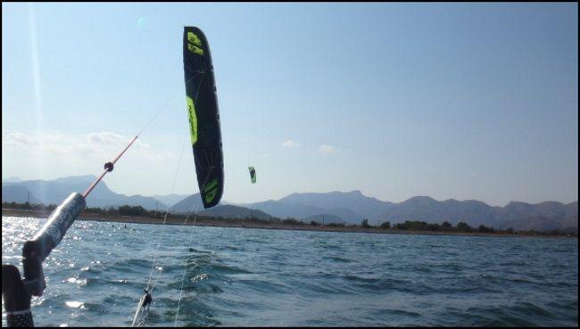 20 Flysurfer Sonic 18 meter hinter der Bar Kitesurfen Mallorca Sommer