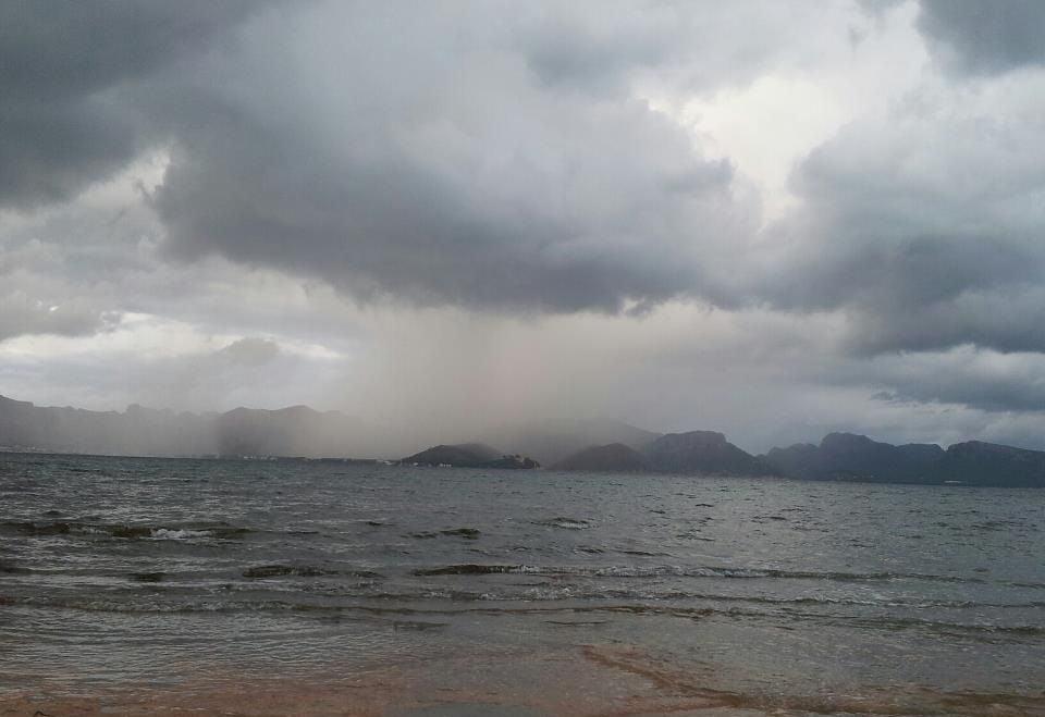 3 Mallorca kitekurse regnet über die Bucht Pollenca kitesurfschule im sommer