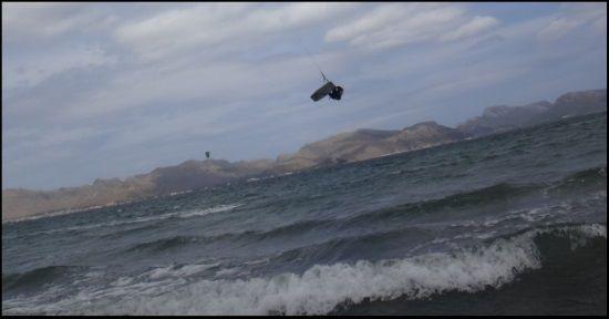 4 in der Luft Mallorca Kitesurfen NE Wind