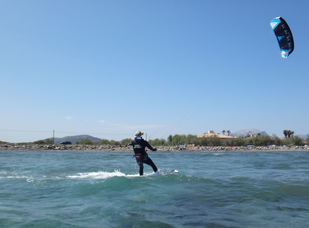 5 kitesurfing-school-in-Mallorca www mallorca kiteschool com in June July and August