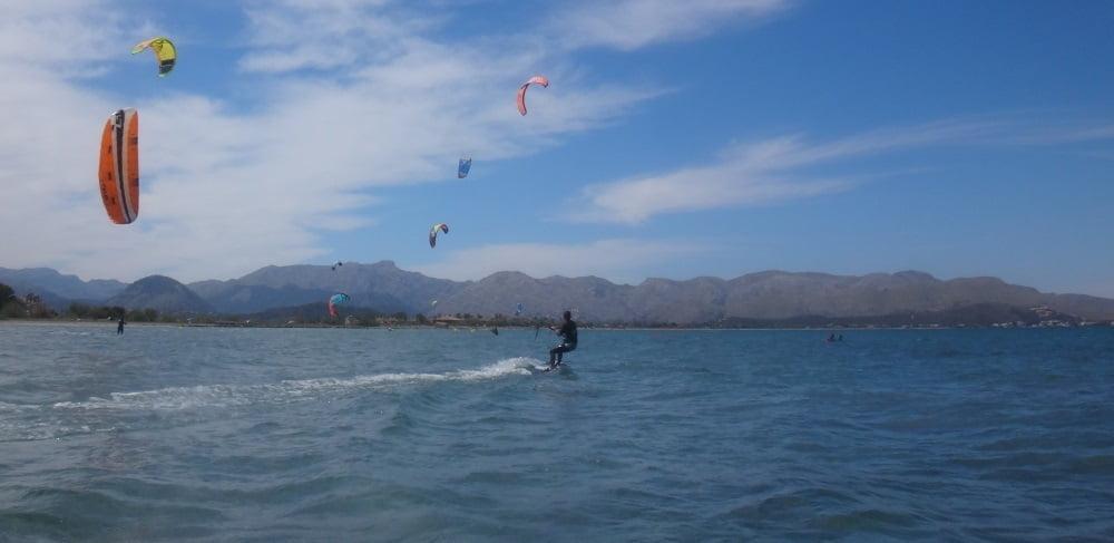 6 kitesurfkurs palma de Mallorca Coralie reitet auf dem wind