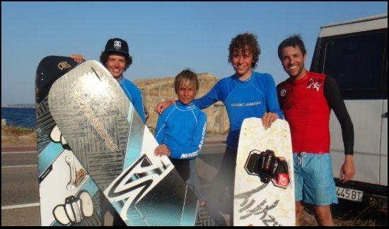7 die glückliche Kiten Gruppe von Studenten Mallorca Sommer Kitekurs