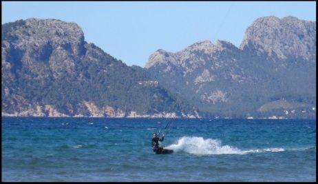 7 kitesurfen mallorca Es Barcares mit nordost wind auf Pollensa Bucht