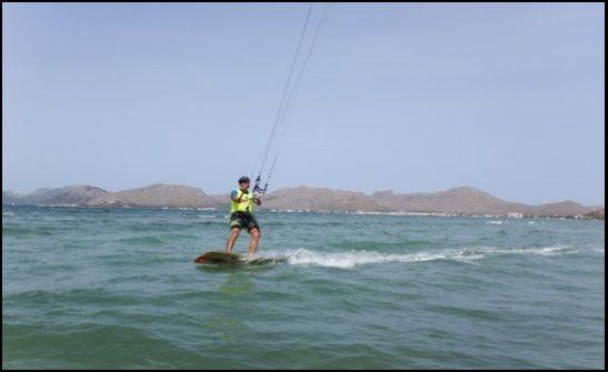 Eine Flysurfer Kite Foil, neben einem sehr leichten aber stark gebauten Kite