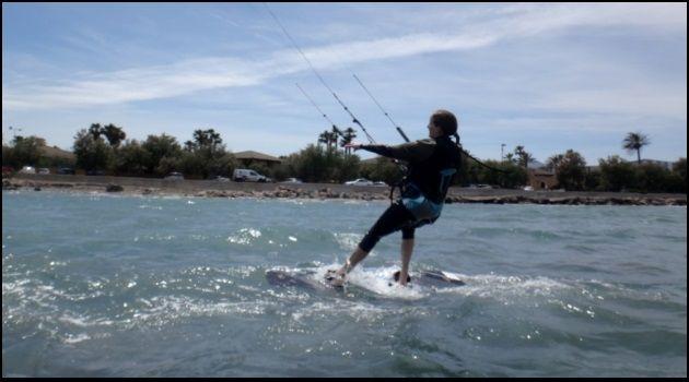 Valerie sitzt oben auf ihrem Kiteboard anfänger Valerie kite kurs im Mai