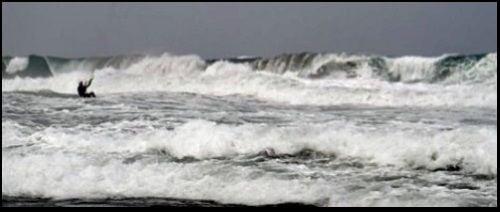 der Kite kann auf die Wellen fallen kiteschule mallorca Alcudia