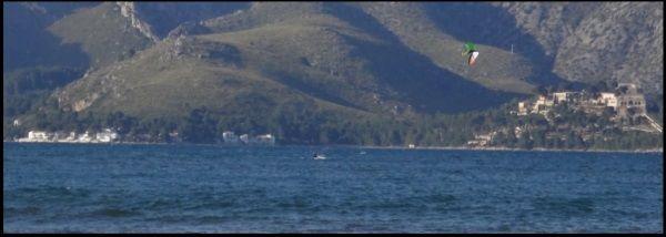 2 Mallorca kiteschule sagt können Sie vielleicht jemand mit einem Boot kontaktieren
