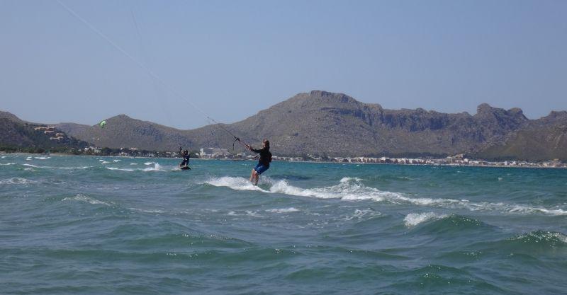 3-Andrea-comienza-la-ceñida- curso de kite en Mallorca