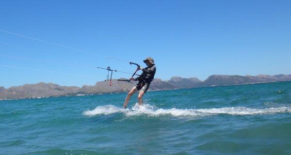 5 Kiten-auf-Mallorca-kitekurse-Antoine-junge-mann-auf-Luxembourg-kitemallorca-com