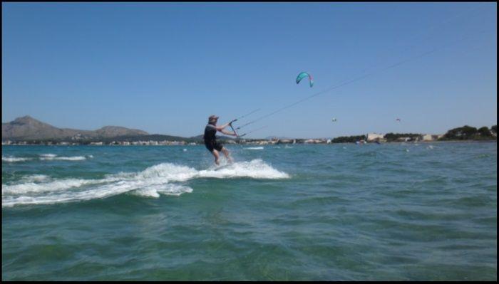 9 frente a la cámara navegando de kitesurf