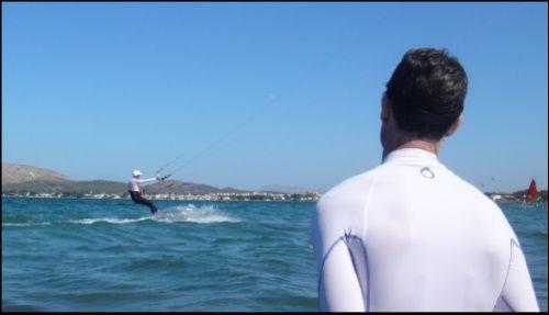 4 Jemand behält ein Auge auf dich, während du Kitesurfen bist