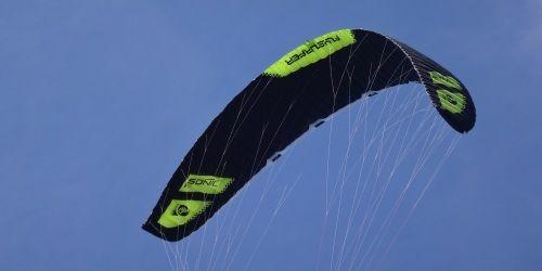 2 kitesurfing kurs mallorca in Juni das schwarze biest Sonic-FR 18 mts www mallorcakiteschool com