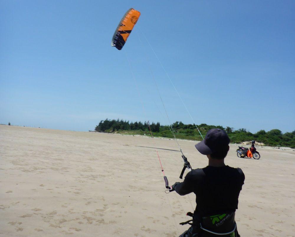 16 Der Kite wird sich mit Wind füllen und startet von selbst in den 90 Grad Winkel