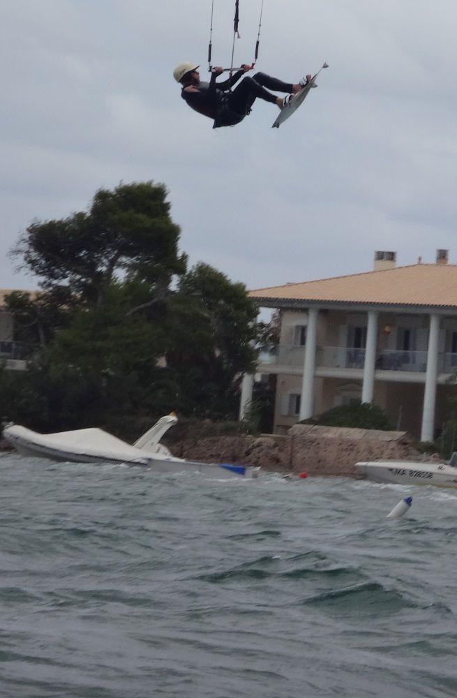 2 fliegen über die Dächer - Kitesurfen auf Mallorca