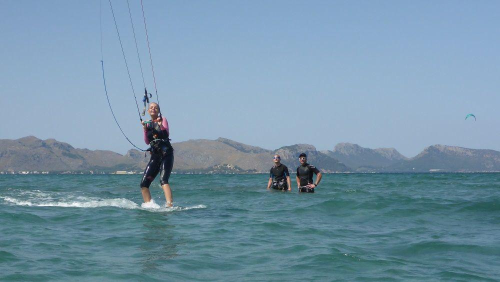 a girl zweit Tag kitekurs auf Mallorca