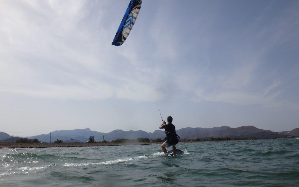 Schalten Sie die Position auf dem Kiteboard, strecken Sie das vordere Bein, den neuen Wasserstart und gehen Sie in die andere Richtung zurück