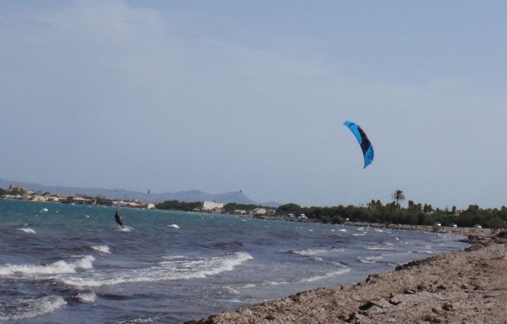 14-Gregori-fährt-weiter-mit-seinem-Kiteboard-160x44-flysurfer-L-mallorca-kitekurse mallorca kiteschool