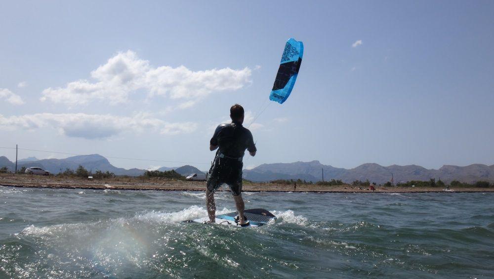4-Ohne-Probleme-beginnt-er-seine-Kitenfahrt-in-Richtung-Puerto-Pollensa