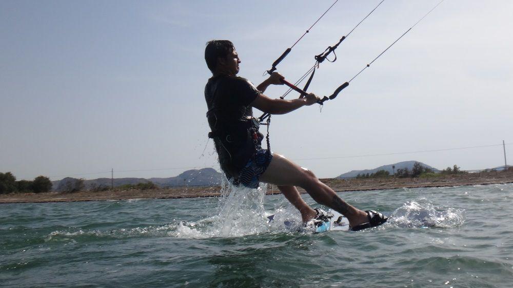 Wasserstart und Stehen auf dem Kiteboard