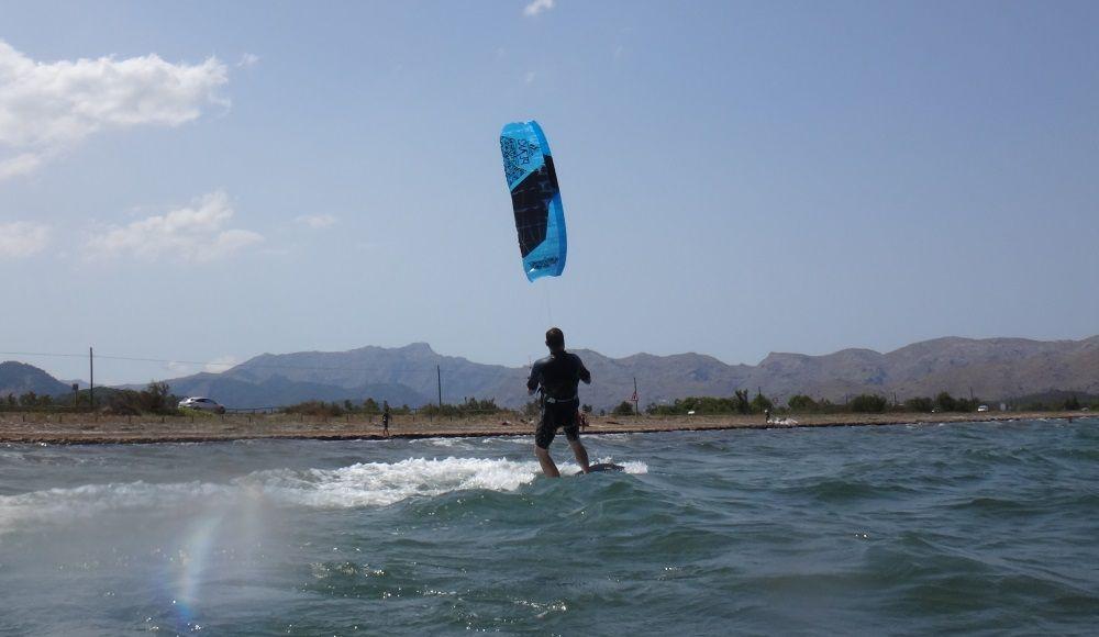 5-kitesurfen-mallorca-jetz-200-Meter-entfernt-und-er-Kitesurf-in-der-totalen-Kontrolle