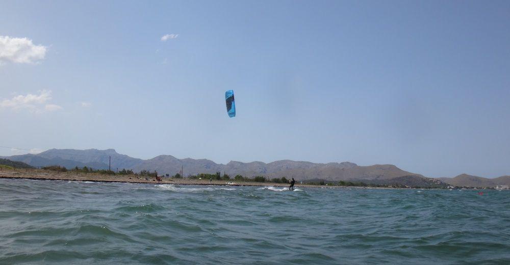 7-kitesurfen-mallorca-Er-ist-fast-ein-Kilometer-Kitesurfen-entfernt