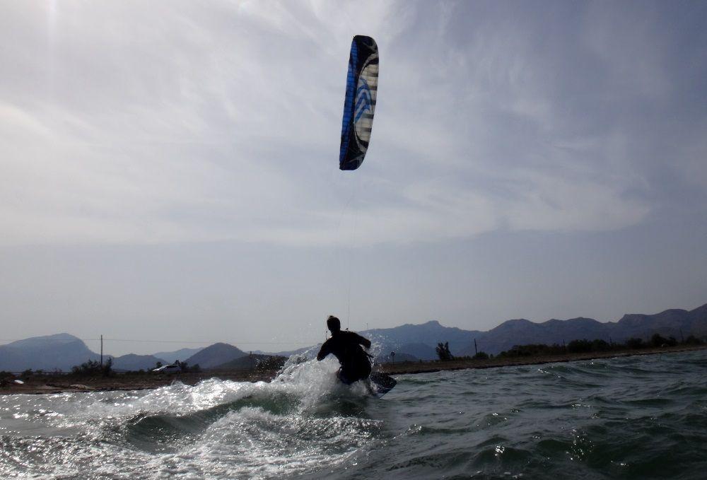 Die folgenden Bilder können uns eine Vorstellung über seine Kitesurfing Progression und seine unbestreitbaren Fähigkeiten