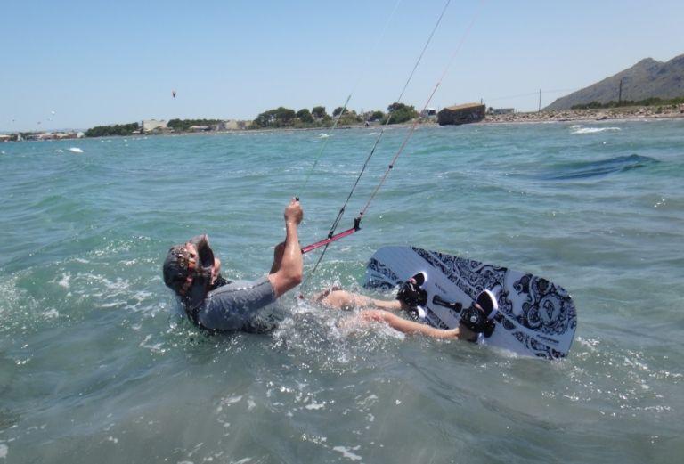 0-waterstart-Patrick-kitesurfen-Mallorca-flysurfer-kiteschule-kitekurs-Pollensa-768x521