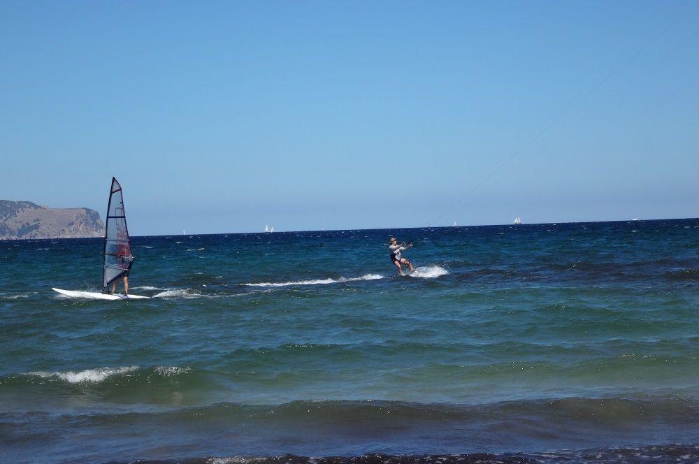 13-Mallorca-kiten-Mr-Huber-overtaking-a-windsurfer