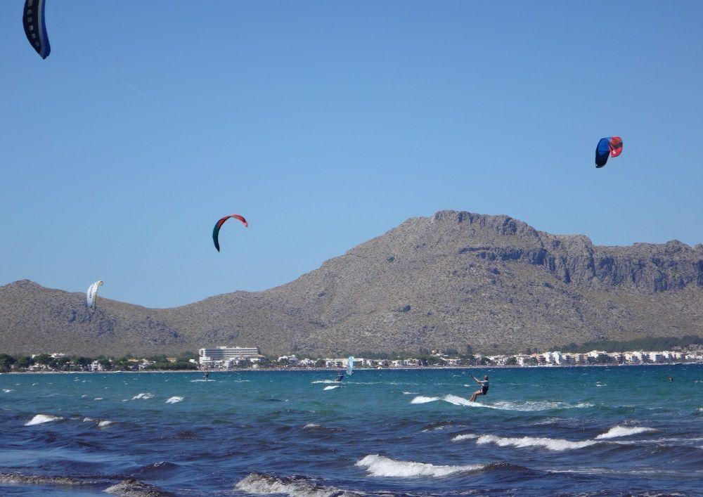 23-al fondo Puerto de Pollensa y la playa del Portblue origen de los cursos de kite