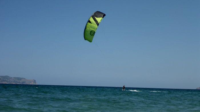 kite modelo Peak Flysurfer la escuela de kite en bahia de Pollensa