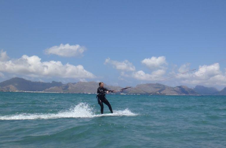 15 -Sofie-returns-to-the-beach--la-escuela-de-kitesurf-en-Mallorca