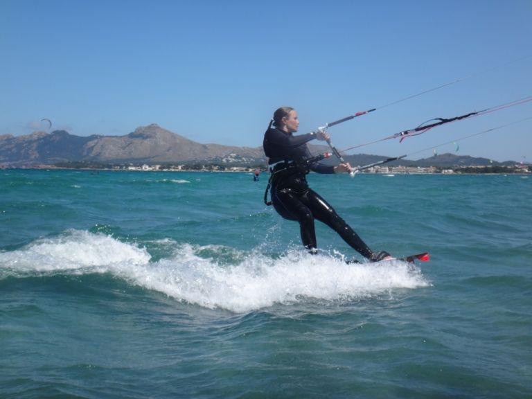 18 -Sofie-kitesurfer-mallorca-reiten-mit-flysurfer-Peak-12-mts-Sa-marina-768x576