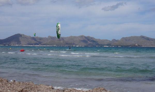 3-kitesurfing in-Mallorca-Mitch-crossing Pollensa bay