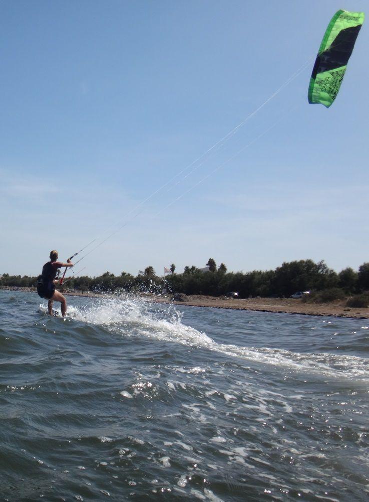 18-In-beide-Richtungen-und-nach-2-Stunden-Kitesurfen-lernen
