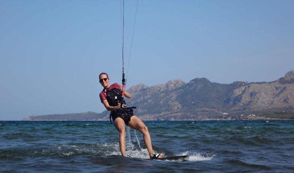 8-watch-her-face-Svenja-kitesurfen auf mallorca